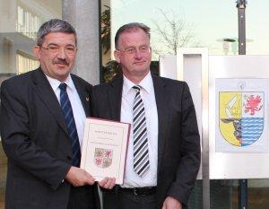 Landrat Heiko Kärger bei der Übergabe des Wappenbriefes für die Mecklenburgische Seenplatte mit Innenminister Lorenz Caffier